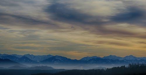 Immagine gratuita di alberi, catena montuosa, cielo, cielo nuvoloso