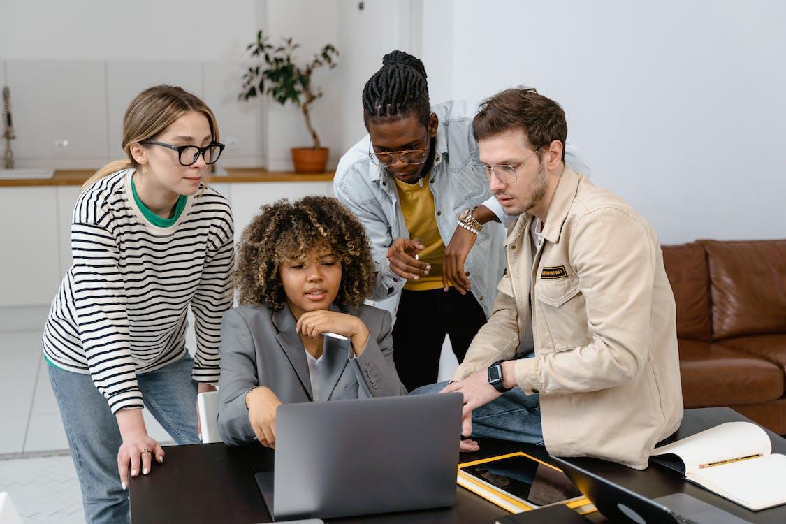 Colegas Brainstorming De Um Projeto Empresarial Em Uma Reunião