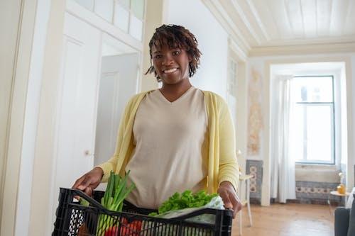 Kostnadsfri bild av afrikansk amerikan kvinna, grönsaker, håller
