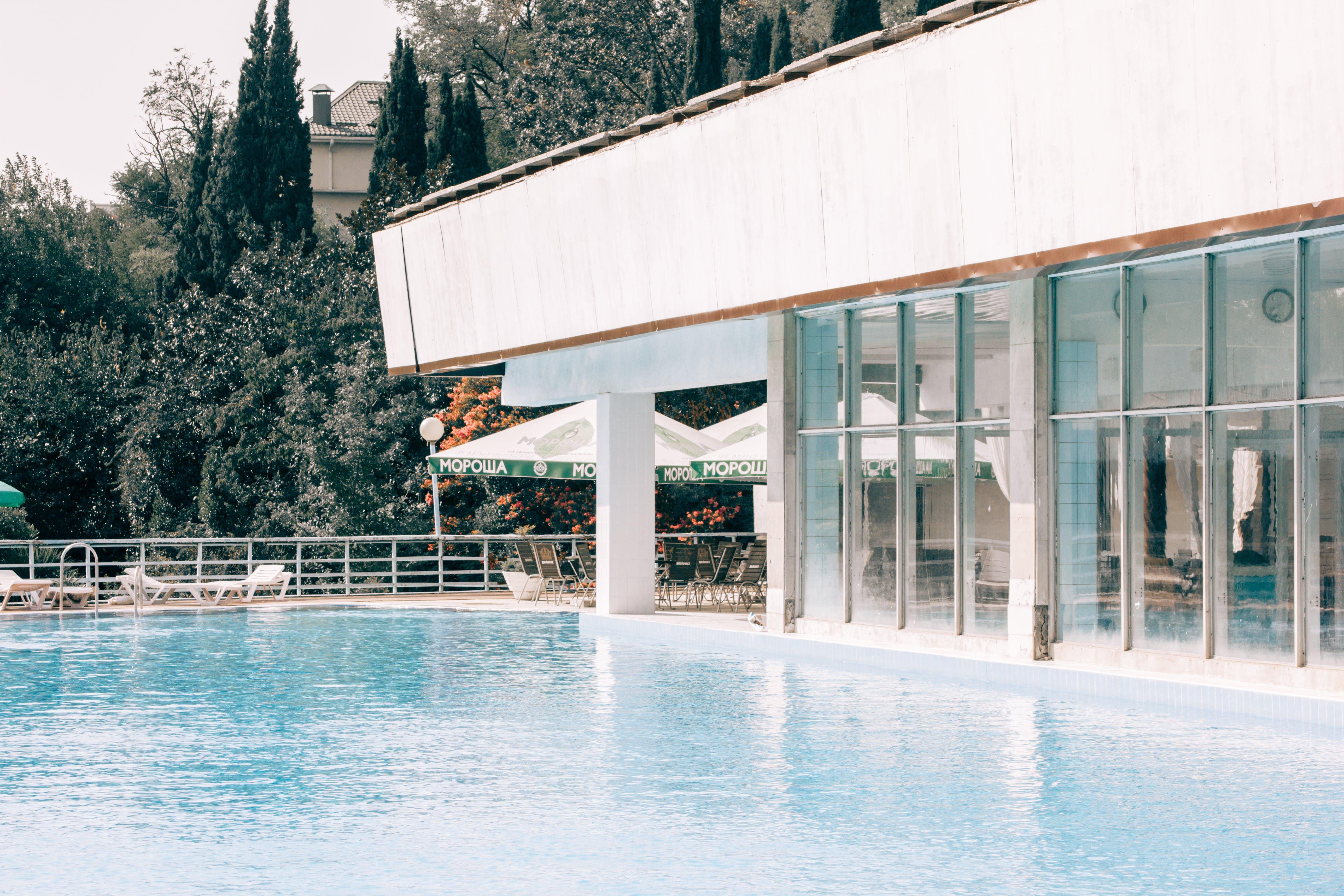 Foto stok gratis air, Arsitektur, bangunan, di tepi kolam renang