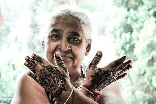 Foto profissional grátis de avó, hena, retrato