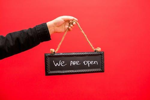 Darmowe zdjęcie z galerii z czerwone tło, jesteśmy otwarci, oznakowanie