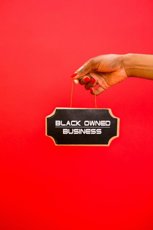 Darmowe zdjęcie z galerii z czarny biznes, czerwone tło, oznakowanie