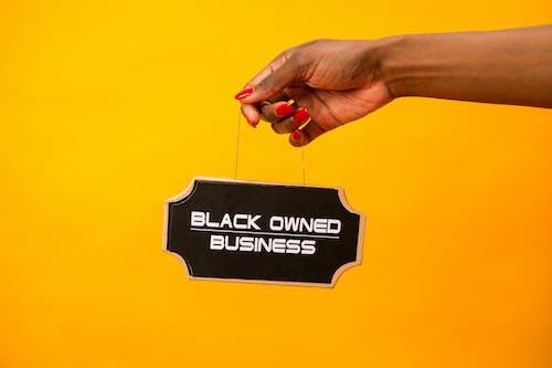 Fotos de stock gratuitas de fondo amarillo, letreros, mano