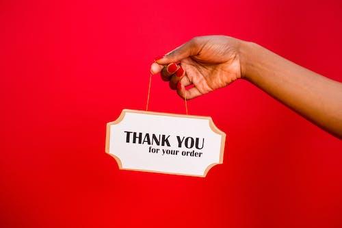 Darmowe zdjęcie z galerii z czerwone tło, dziękuję za zamówienie, oznakowanie