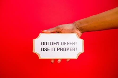 Fotos de stock gratuitas de fondo rojo, letreros, mano