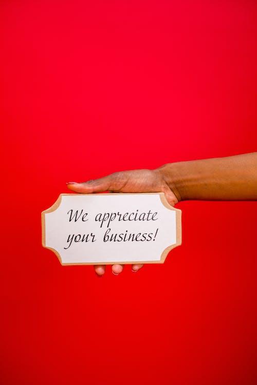 Darmowe zdjęcie z galerii z czerwone tło, doceniamy twój interes, oznakowanie