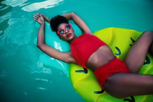 Foto d'estoc gratuïta de adult, aigua, bikini, cos