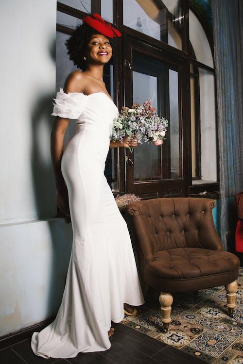 Безкоштовне стокове фото на тему «афро-американська жінка, букет, весілля, весільна сукня»