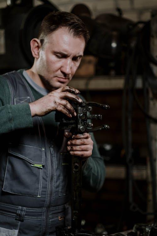 Foto profissional grátis de auto reparação, consertando, consertar