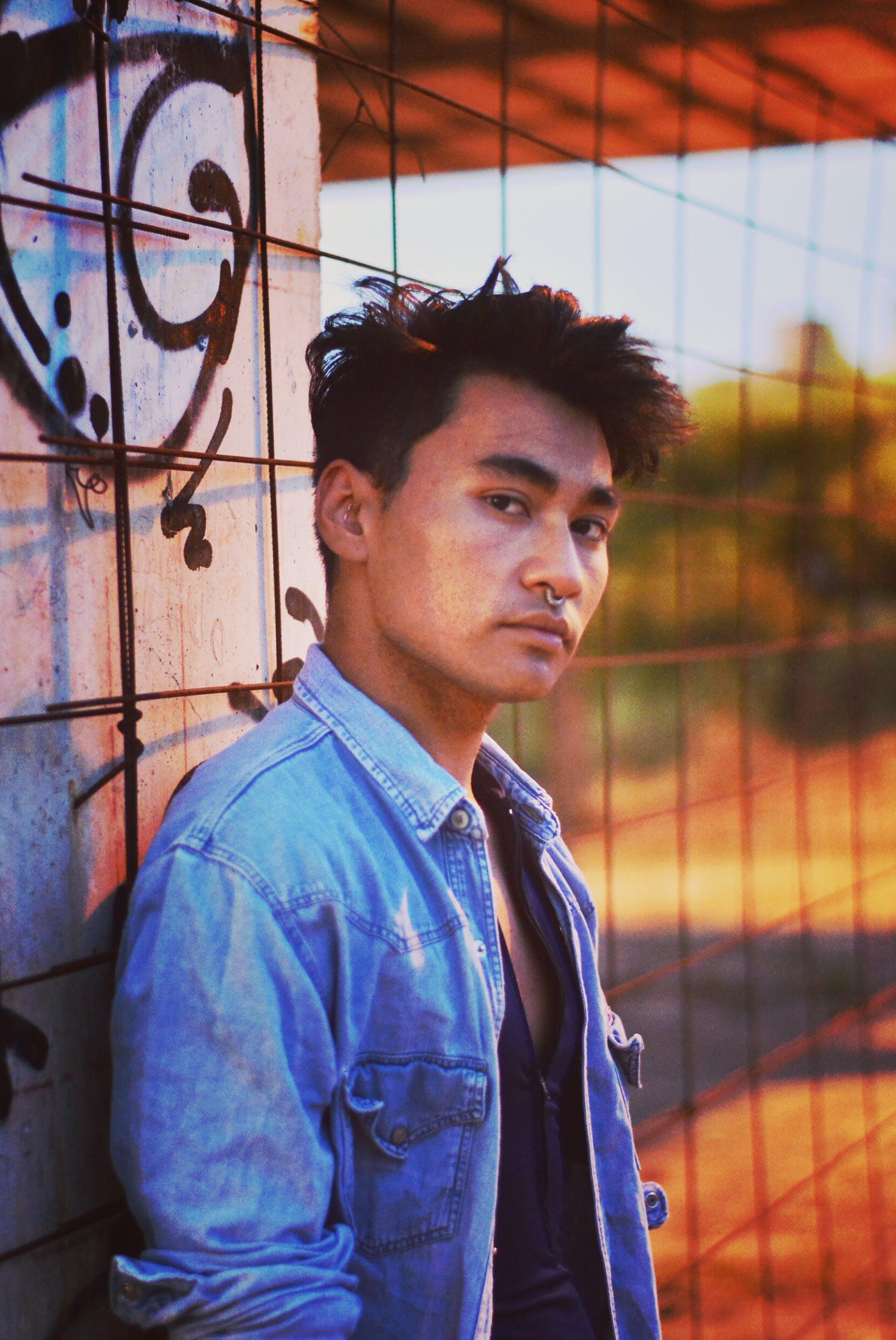 Kostenloses Stock Foto zu homosexuell, junge, porträt, verlassene gebäude