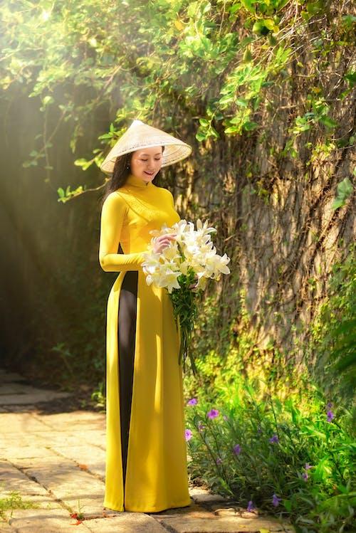 Darmowe zdjęcie z galerii z ao dai, białe kwiaty, bukiet