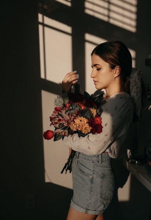 Fotos de stock gratuitas de flores, mujer, ramo de flores