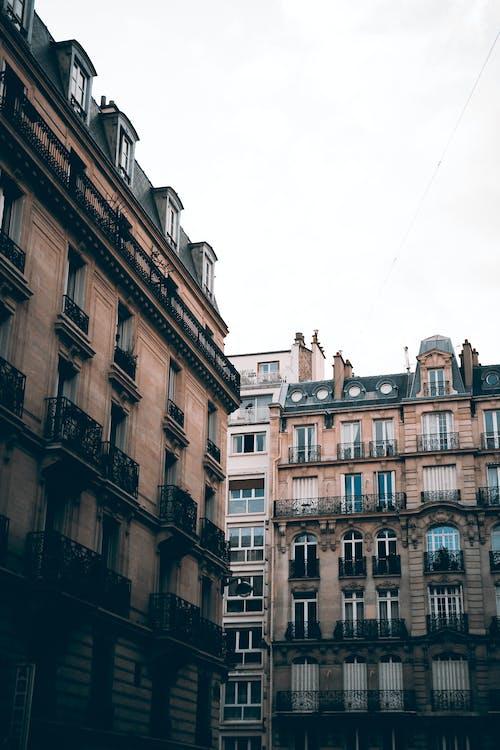 Immagine gratuita di architettura, balconi, centro città, città