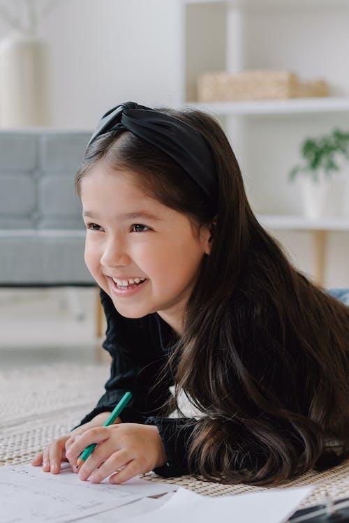 Gratis arkivbilde med barn, blyant, innendørs