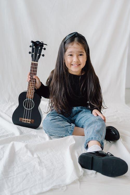 기타, 미소 짓는, 소녀의 무료 스톡 사진