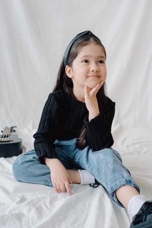 소녀, 수직 쐈어, 스튜디오 촬영의 무료 스톡 사진