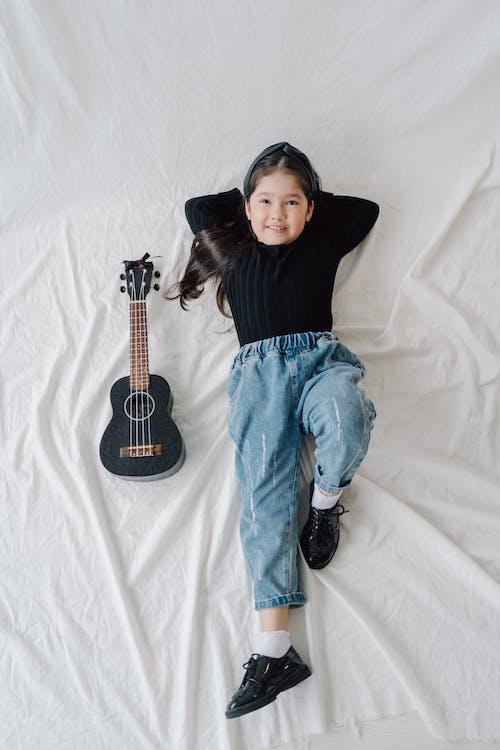 누워있는, 미소 짓는, 소녀의 무료 스톡 사진