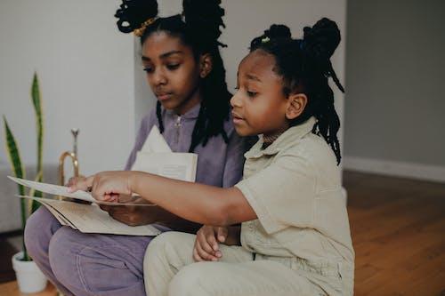 afrikalı amerikalı kızlar, çocuklar, ev içeren Ücretsiz stok fotoğraf