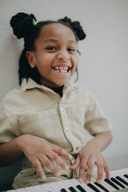 Gratis lagerfoto af afrikansk amerikansk pige, barn, elektrisk klaver