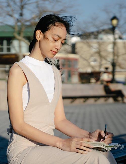 Безкоштовне стокове фото на тему «азіатська жінка, безтурботний, блокнот»