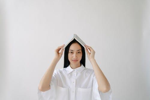 Photos gratuites de apparence, arrière-plan blanc, astucieux