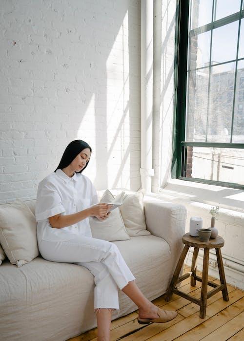 Бесплатное стоковое фото с азиатка, активный отдых, библиофил