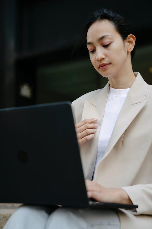 Ingyenes stockfotó ázsiai nő, beindítás, böngészés témában