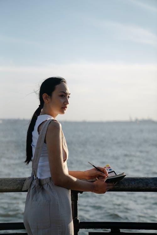 Gratis lagerfoto af afslappet, anløbsbro, asiatisk kvinde