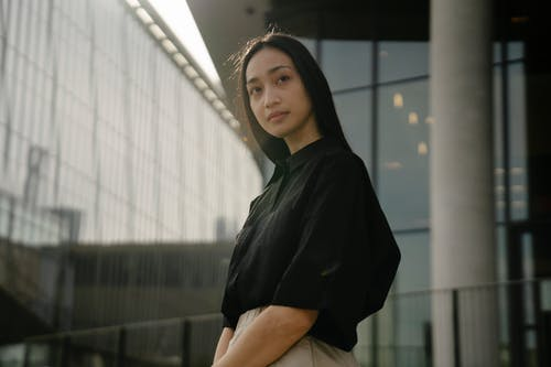 Безкоштовне стокове фото на тему «азіатська жінка, архітектура, Блузка»