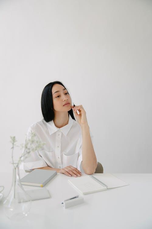 Безкоштовне стокове фото на тему «copy space, азіатська жінка, біла сорочка»