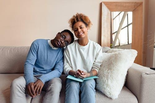 Fotos de stock gratuitas de adentro, afroamericano, apoyado