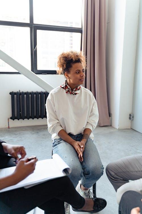 Безкоштовне стокове фото на тему «жінка, обговорення, пояснення»
