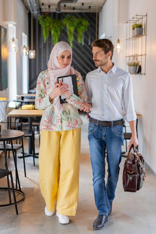Мужчина в белой рубашке и женщина в желтом платье