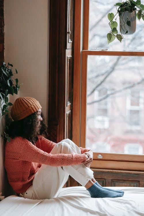 Безкоштовне стокове фото на тему «афро-американська жінка, в'язаний, вдумливий»