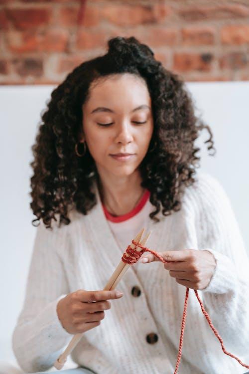 Безкоштовне стокове фото на тему «афро, афро-американська жінка, в'язання»
