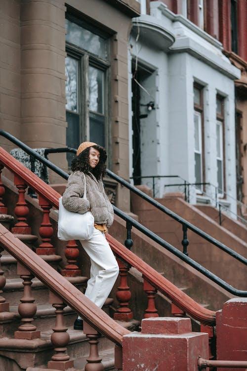 Безкоштовне стокове фото на тему «архітектура, афро-американська жінка, балюстрада»