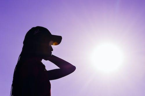 Ilmainen kuvapankkikuva tunnisteilla auringon häikäisy, auringonvalo, aurinkoinen päivä, henkilö