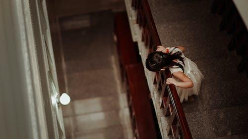 Ảnh lưu trữ miễn phí về ánh sáng, các bước, cầu thang, cô gái châu á