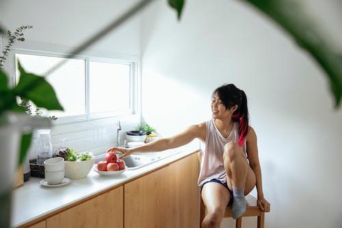 Kostnadsfri bild av äpple, asiatisk kvinna, dagtid