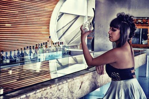 Gratis arkivbilde med alkoholholdige drikkevarer, bar, bruke, dame