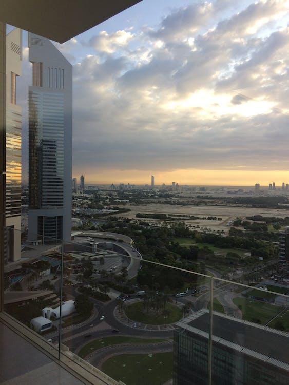 friedlicher dubai-morgen, heftige wolkenbildung