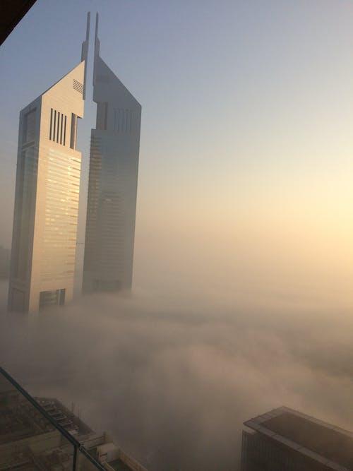 Imagine de stoc gratuită din turnul emirate acoperit cu ceață dubai