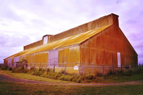 ahır, alan, arazi, bina içeren Ücretsiz stok fotoğraf
