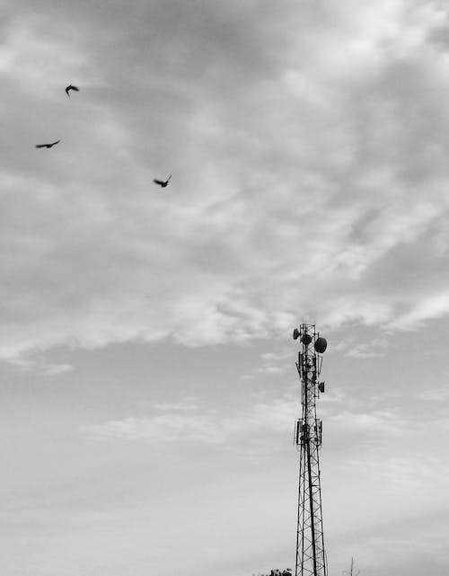 bulutlu gökyüzü, radyo kulesi içeren Ücretsiz stok fotoğraf