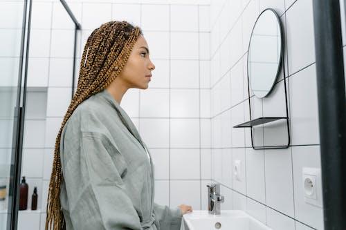 Gratis lagerfoto af badeværelse, fletninger, frisure