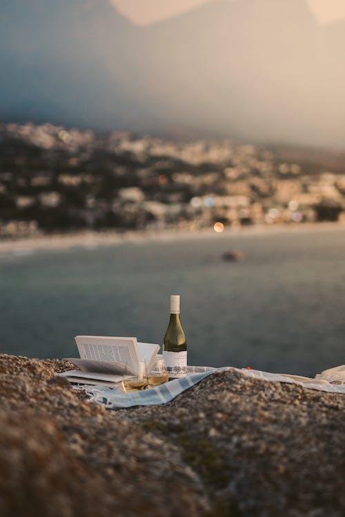 Бесплатное стоковое фото с бутылка вина, вертикальный выстрел, вид на пляж