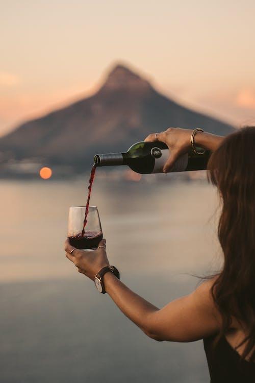 Gratis arkivbilde med en flaske vin, fjellutsikt, helle