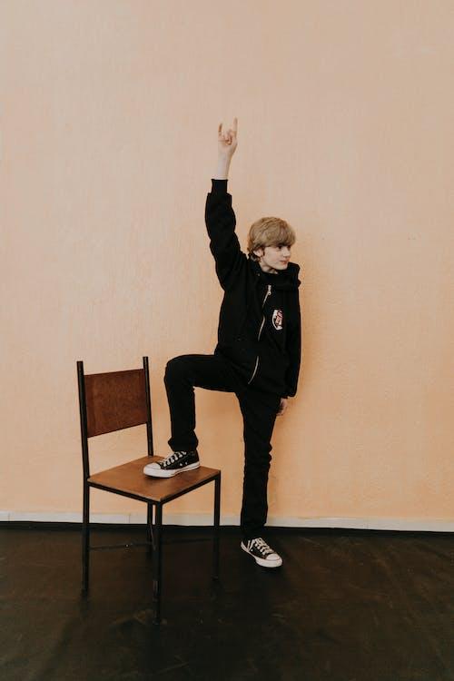 Darmowe zdjęcie z galerii z beżowe tło, całe ciało, chłopak