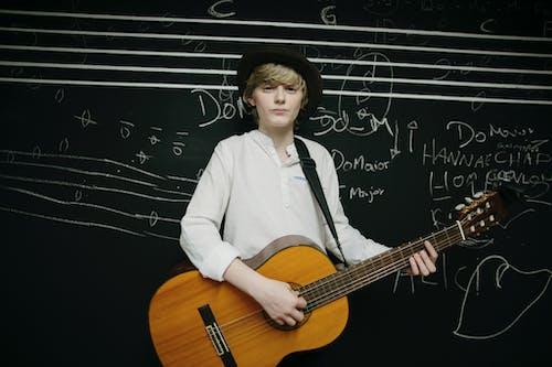 Immagine gratuita di cappello, chitarra acustica, giovane